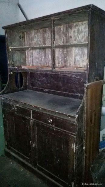 Stary kuchenny kredens opowiada historię małżeńską