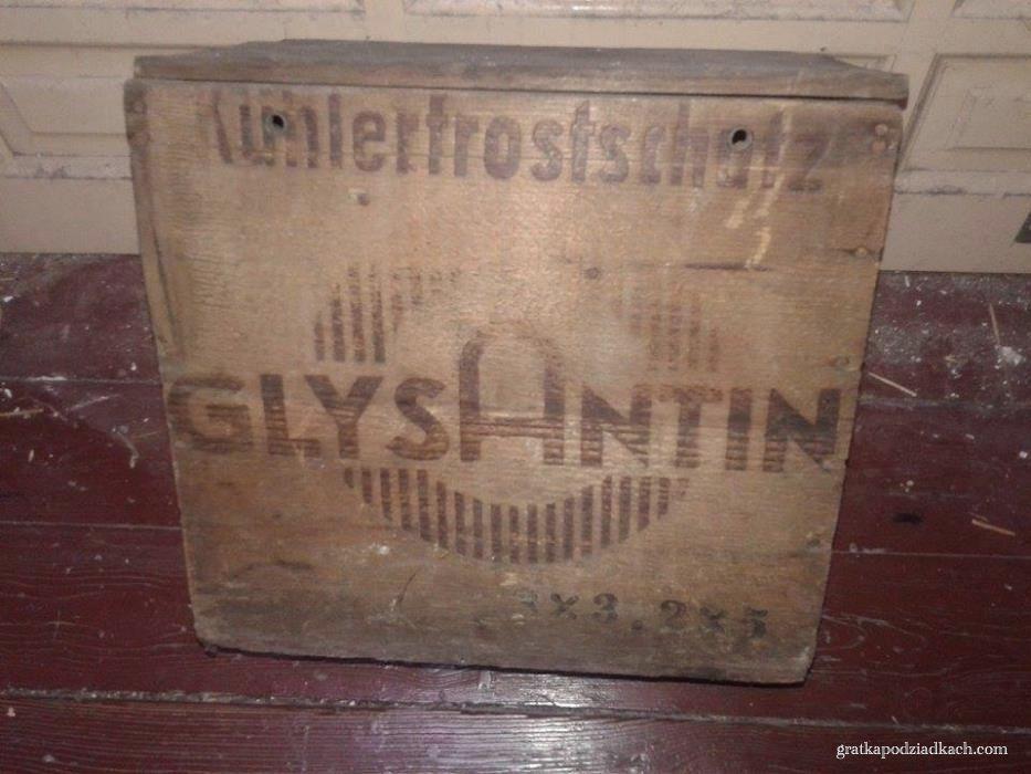 Skrzynka GLYSANTIN przetrwała wojnę na łazarskim strychu u właścicieli sklepu z częściami samochodowymi w przedwojennym Poznaniu.